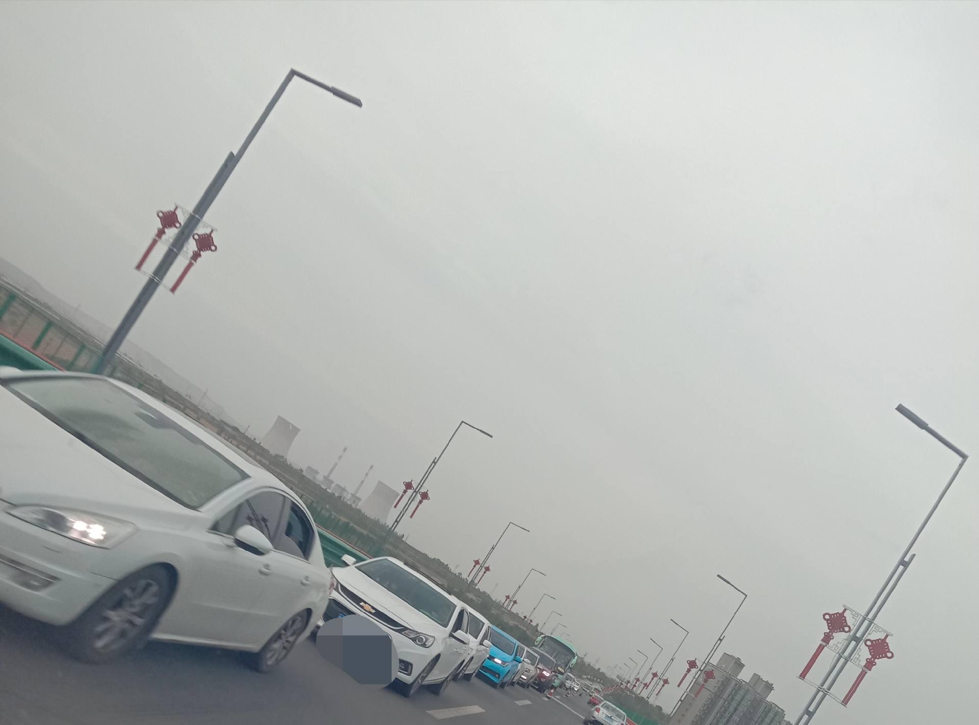 <b>堵!!铜川新区这个地方今天很堵……,正在修路,来往路过新区司机都注意!</b>